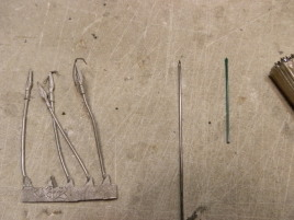 Different spear options, from left to right: white metal, steel and plastic. The white metal is already bent.